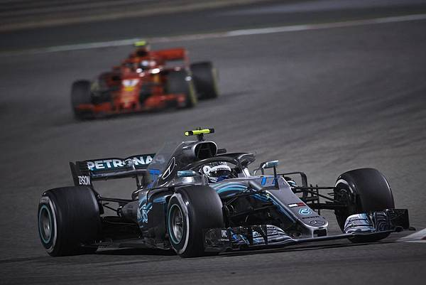 Mercedes-AMG Petronas Motorsport車隊與Scuderia Ferrari車隊的追逐拉鋸戰,堪稱F1巴林站重頭大戲
