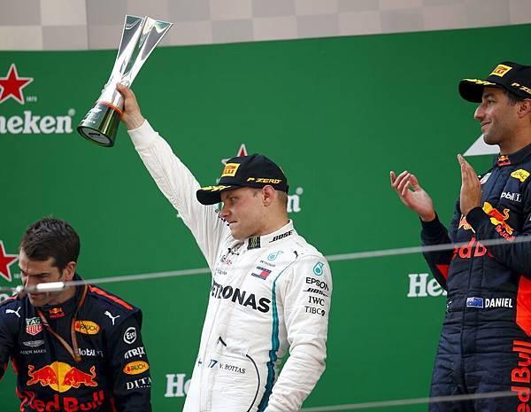 Mercedes-AMG Petronas Motorsport的Valtteri Bottas(中)於F1上海站奪得第二名
