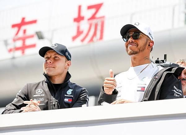 Valtteri Bottas(左)與Lewis Hamilton(右)沉著應戰且利用車隊精準策略,最終獲得了第二與第四名位置,順利站上頒獎台,幫助車隊暫居積分榜第一名位置