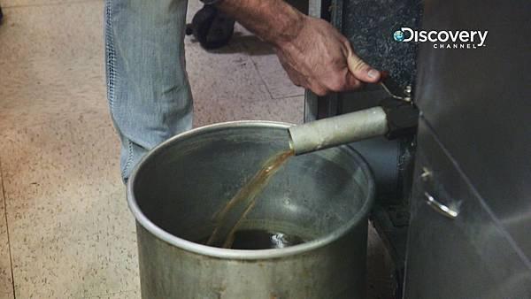 身為美食天堂的台灣,每年廢食用油可回收近2萬5千多噸 但在2014年因油路堵塞問題,生質柴油計畫臨時喊卡,目前國內生產的生質柴油製品只能直接外銷他國