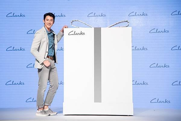 【圖三】吳慷仁出席Clarks 2018春夏新品發表會 與「#隨心生活」禮物盒合影