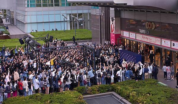 韓國時尚女星Krystal鄭秀晶受邀出席伯爵快閃店開幕活動,吸引大批粉絲與媒體到場
