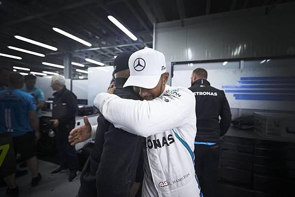 Lewis Hamilton向隊友Valtteri Bottas擁抱致意,將榮耀歸於隊友,展現真摯隊友情誼,堪稱運動精神表率