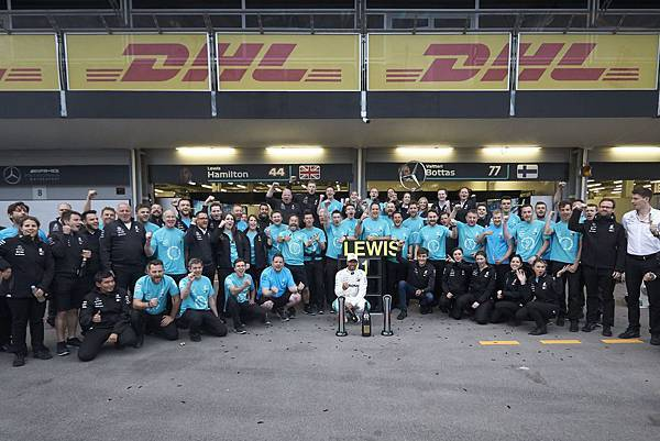 2018年F1亞塞拜然站,最終由Mercedes-AMG Petronas Motorsport車隊的Lewis Hamilton奪下第一名