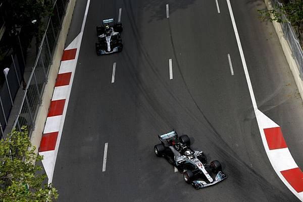 原本位居第一位置的Valtteri Bottas在最後一刻因輪胎被異物刺破,因而將寶座讓給了隊友Lewis Hamilton
