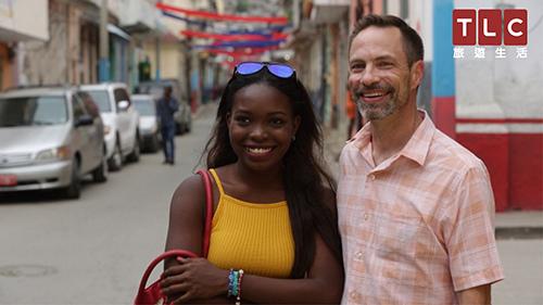 美國男子–西恩,結過兩次婚,仍相信真愛的存在,認為擁有黝黑膚色的女生特別美麗,在交友app上遇見20歲與她女兒年紀相仿的海地女生艾比