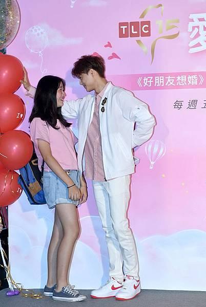 王子浪漫對粉絲氣球式壁咚,獻唱生日快樂歌