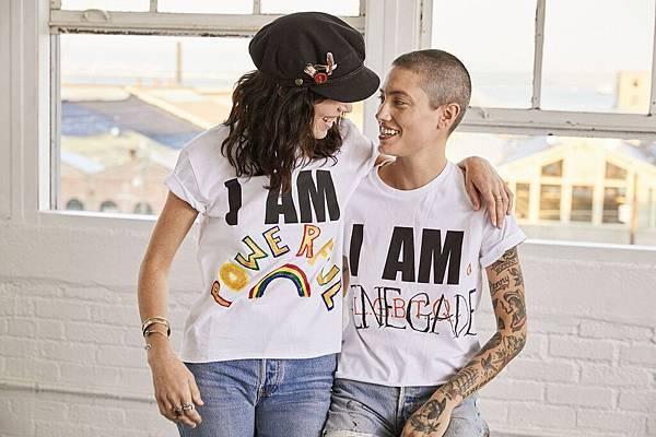 穿上「做自己 I AM _______」系列短Tee,留白設計如同一個未完成的填空題,無論填入「我是同志」、「我本驕傲」、「我超獨特」或「我就是我」,任何能夠表達真實自我的宣言就是最佳解答