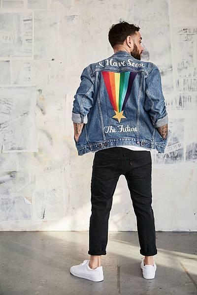 Pride平權系列丹寧夾克以背後彩虹刺繡與彩虹色彩小紅旗展現「做自己」的真諦_1
