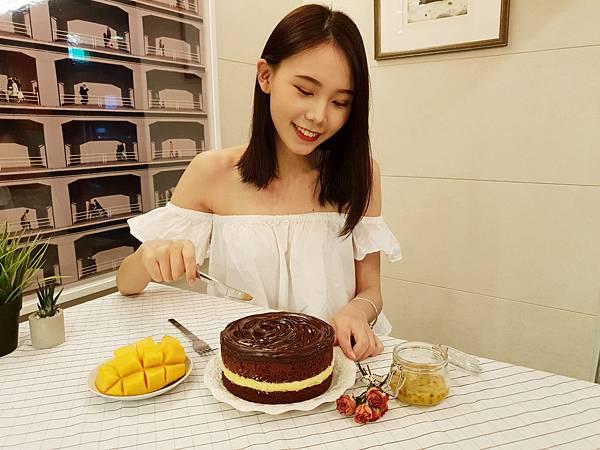 圖4. BAC鮮芒果礦石蛋糕,用酸甜的百香果慕斯,和整顆台灣精選芒果,一起向夏天Say Hi