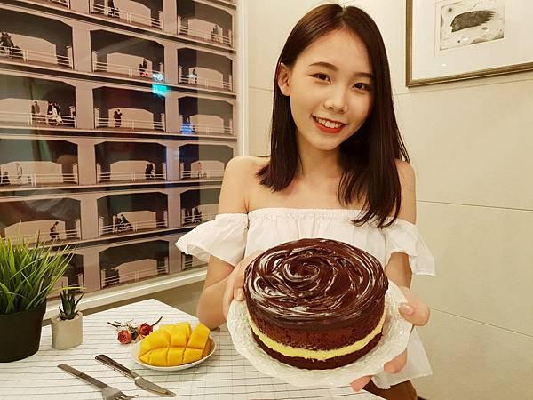 圖1. BLACK As Chocolate鮮芒果礦石蛋糕 6吋$950元;8吋$1,900元