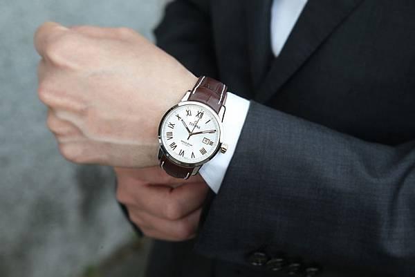 圖4.TITONI SPACESTAR天星系列_銀色錶盤棕色牛皮錶帶款,鍍金刻度及復古的配色,給人種重視傳統、嚴謹且縝密的表徵
