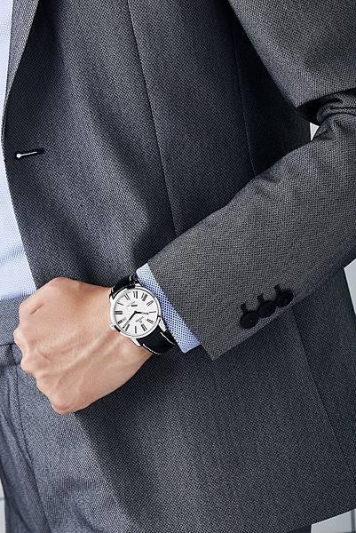 圖2.TITONI SPACESTAR天星系列_銀色錶盤黑牛皮錶帶款,對於商務形象和溝通的加分,有顯著的畫龍點睛效果