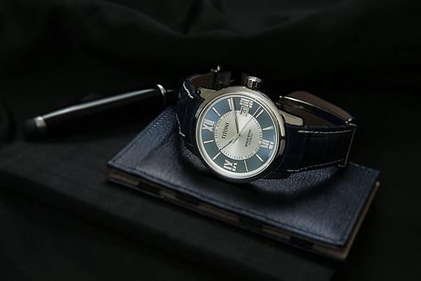 圖1.TITONI SPACESTAR天星系列_藍銀相間錶盤款,帶出讓人感覺可靠、穩定及信任的印象