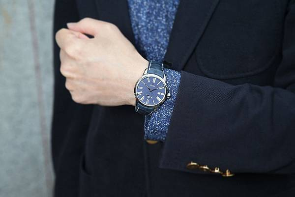 圖3.TITONI SPACESTAR天星系列_尊爵藍蛋白石錶盤牛皮錶帶款,配色年輕且新穎的設計,帶給人親切、大方的感覺