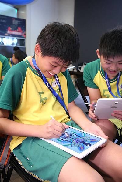 智慧教室學童變身小小設計師,用S Pen為設計師高勝忠的服裝線稿上色