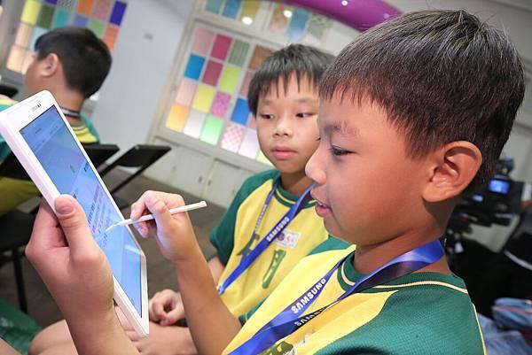 三校學童運用互動教學平台進行線上搶答檢視學習成效