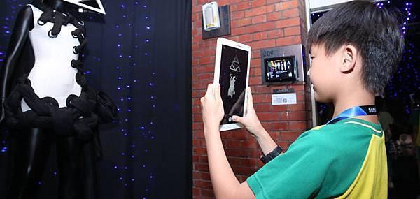 現場桃園石門國小學童透過三星平板捕捉藝術家作品