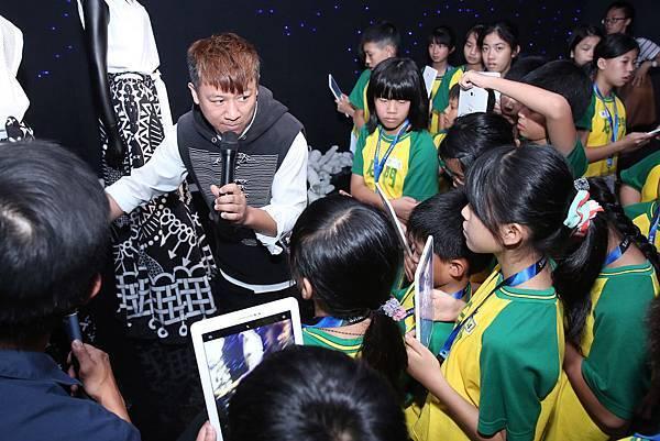 台東排灣族知名新銳設計師高勝忠(沙布喇.安德烈)親自為孩童進行導覽