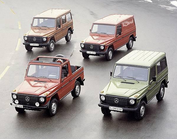 1979年G-Wagen正式量產,提供四種動力單元,涵蓋柴油與汽油,並有敞篷、旅行車、貨車等短軸與長軸車型