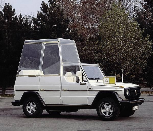 1980年教宗John Paul二世造訪德國時,選擇搭乘由Mercedes-Benz使用230 G所打造的專屬座駕Papamobil
