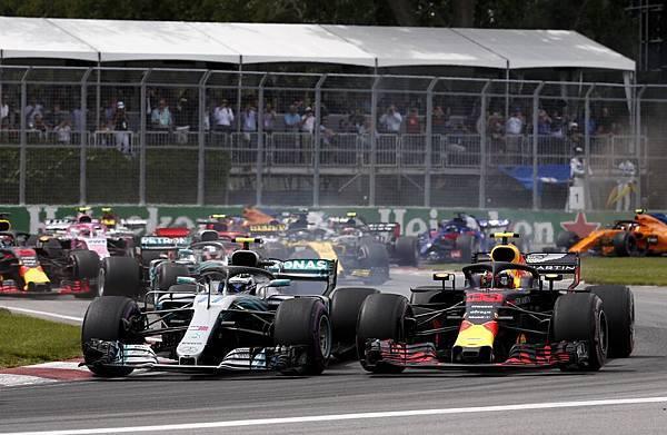 紅牛車隊表現也相當強勢,一度與Valtteri Bottas並駕齊驅,不過Valtteri Bottas也非省油的燈,一路緊守直達終點