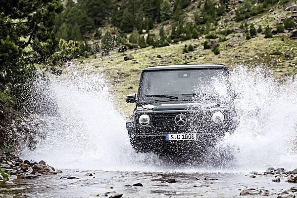 G-Class展現高山低頭,河水讓路的越野性能,配合獨特的車身高度,霸氣穿越一切阻礙,陳建州、王陽明等明星都是其愛好者