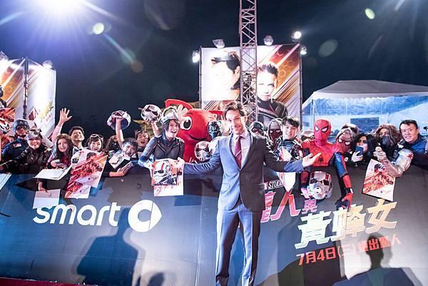 飾演「蟻人」的火紅男星保羅路德親切地一路迎接影迷們的熱烈歡迎