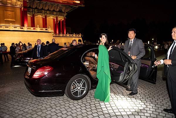 台灣賓士提供頂級旗艦 Mercedes-Benz S-Class作為國際巨星保羅路德與伊凡潔琳莉莉的專屬接送座駕
