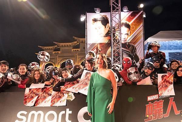 「黃蜂女」伊凡潔琳莉莉開心與粉絲合影,對台灣粉絲的熱情感到驚艷
