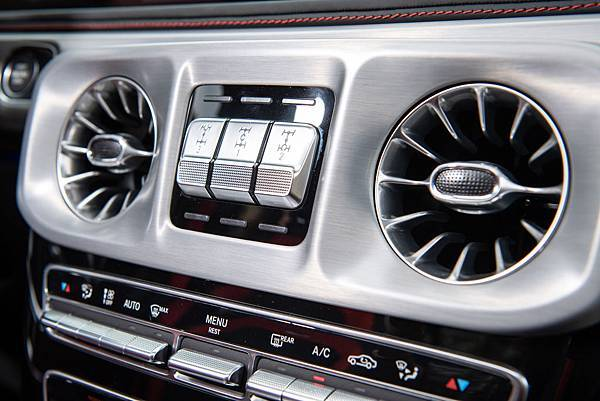 G-Class最具辨識度的三軸差速鎖定按鈕,讓全新G-Class依舊可輕鬆征服各種險惡路況