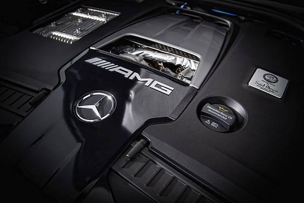 Mercedes-AMG G 63動力系統採用原廠代號M177 LSII的4.0L V8雙渦輪動力系統,4.5秒內可完成0-100kmh加速