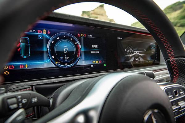 全新G-Class中控台上的雙12.3吋寬螢幕打造的儀表與中控顯示幕,將所有行車相關與車輛控制的功能全數整合