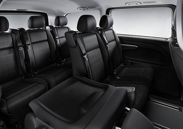 全新Vito Tourer 120車款,車身尺寸承襲既有Vito Tourer車型,提供寬敞舒適的3+3+3九人乘坐空間