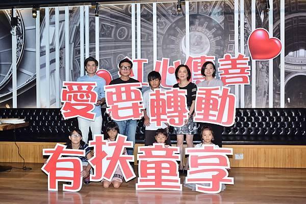 角聲公益協會秘書長-蘇慧賢+錢小豪+小朋友+紅心字會秘書長李顯文+震旦集團代表蘇文儀