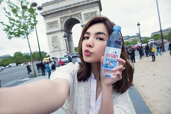 【圖6】即日起至9月30日為止,參加Love Paris網路活動,拍下限定瓶身時尚照或是與其同框的自拍照,即有機會獲得5萬元時尚購物金!