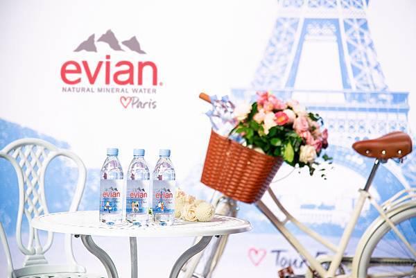 【圖4】evianR推出Love Paris三款限定版瓶身,重現巴黎經典地標:艾菲爾鐵塔,凱旋門和巴黎聖母院,預計全球再掀一波收藏熱潮。(2)