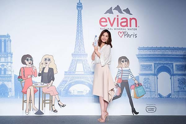 【圖5】亞洲巨星Ella陳嘉樺成為evianR品牌代言人,手持evianR Love Paris限定瓶天然礦泉水驚喜登場!