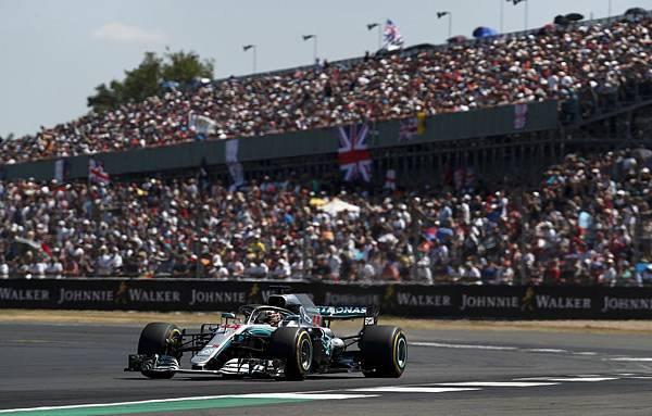 Lewis Hamilton起跑受到追撞而一度落至場上車隊後端,但他展現高超技術與意志力一路追擊,最終奪得好成績.jpg