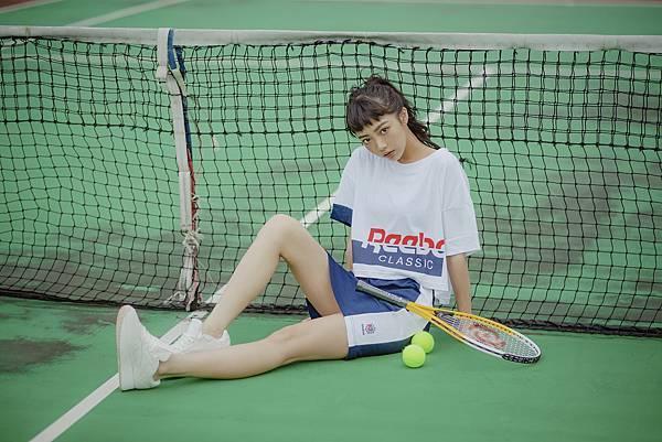 【7月17日Reebok新聞照】Reebok今年也將旗下經典的Logo、圖案以復古色塊拼接翻玩,合身的運動裙讓女孩們在打造復古運動風格之餘,微露曲線,增添甜美女人味。.jpg