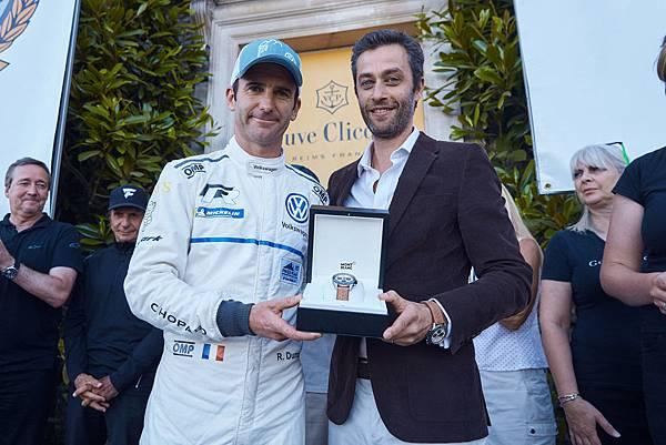 法國籍車手Romain Dumas刷新爬坡賽世界紀錄獲得冠軍,由萬寶龍行銷副總裁Vincent Montalescot頒贈一只萬寶龍時光行者系列計時腕錶.jpg