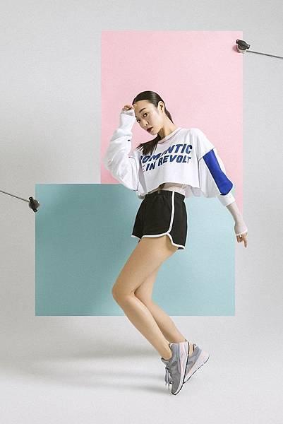 _【New Balance】以New Balance最具代表性的灰色為鞋身,加上局部的粉藍與粉紅,彰顯GIRL POWER女力.jpg