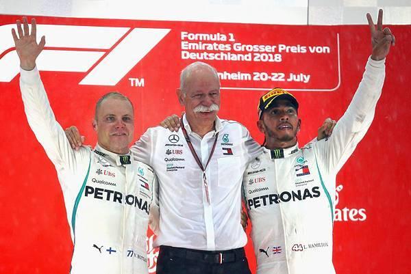 地主車隊代表Mercedes-AMG Petronas Motorsport贏得最終完全勝利,不僅當家車手Lewis Hamilton(右)與隊友Valtteri Bottas(左)分獲冠亞軍成績.jpg