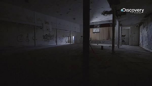 Discovery頻道《靈異72小時:希金斯博學校》鬼影頻傳、靈異事件接連不斷的發生,在體育館內舞台布幕間穿梭的黑影、樓梯間身穿制服的小男孩、走廊上的腳步聲.jpg