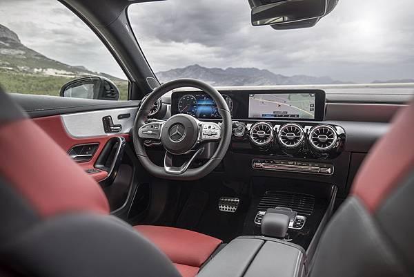 _The new A-Class一體成型寬幅螢幕將數位儀表與中控臺觸控螢幕合而為一,並搭載史上最智能車載多媒體系統MBUX