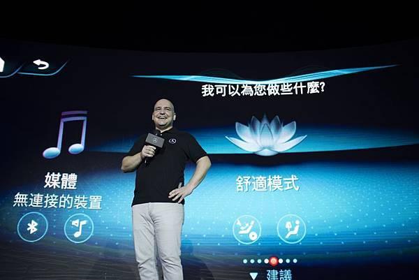 _台灣賓士轎車行銷業務處副總裁何睿思(Markus Henne)在介紹之中大秀MBUX智能聲控的驚人功能
