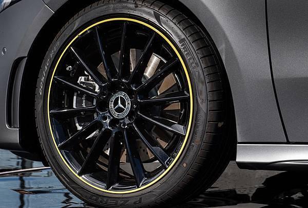 The new A-Class Edition 1 搭配19吋AMG多輻式輕合金輪圈含Edition Green圈緣.jpg