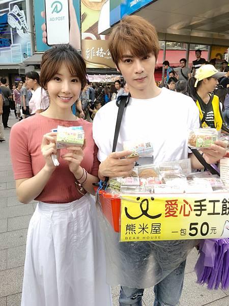 右起:古曜威&陳茉挺熊米屋義賣手工餅乾.JPG