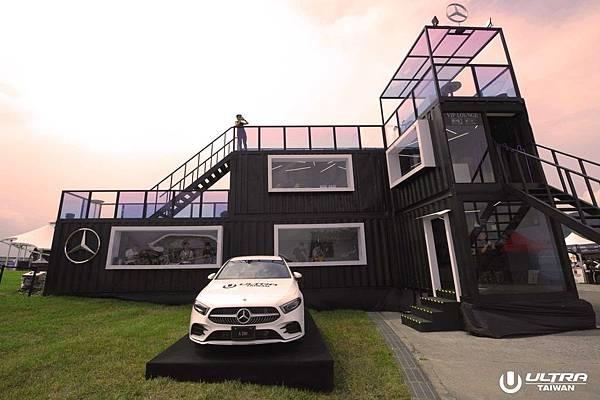 "Mercedes-Benz環繞主題 ""Just like you"" 打造三層的頂級 VIP 包廂,提供絕佳的視野,讓車主們沉浸在百大 DJ 的音樂魔力.JPG"