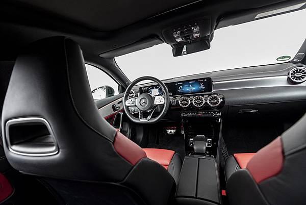 【The new A-Class戶外展車體驗活動】現場規劃【MBUX】體驗區讓車迷朋友了解史上最智能的車用多媒體系統表現。